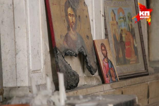 В монастыре иконы, пусть даже оскверненные, стоят на полах у выгоревших алтарей Фото: Александр КОЦ