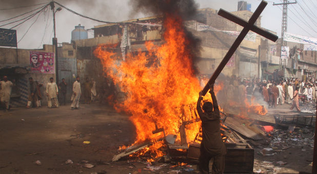 Reuters-Pakistan-Lahore-mob-burns-cross-photog-Adrees-Hassain