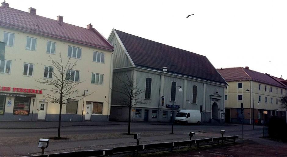 Серое здание между двумя жилыми домами – церковь Святого Маттеуса (Матвея)