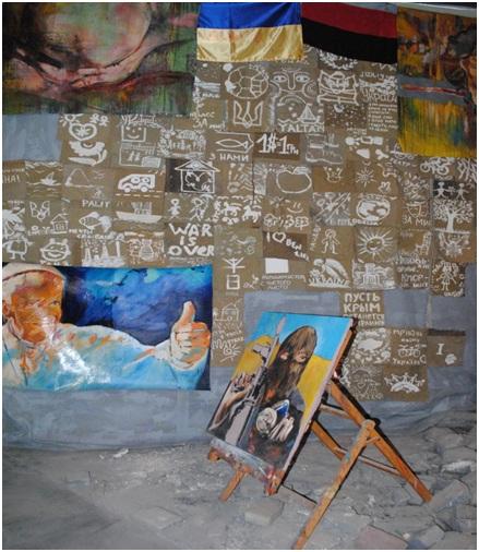 В музее «Небесной сотни», где рядом с портретом Папы Римского показывающего рукой знак «люкс», разместили картину вооруженного боевика-убийцы в маске. Что тем самым оправдывает и поощряет религиозную мотивацию в братоубийстве