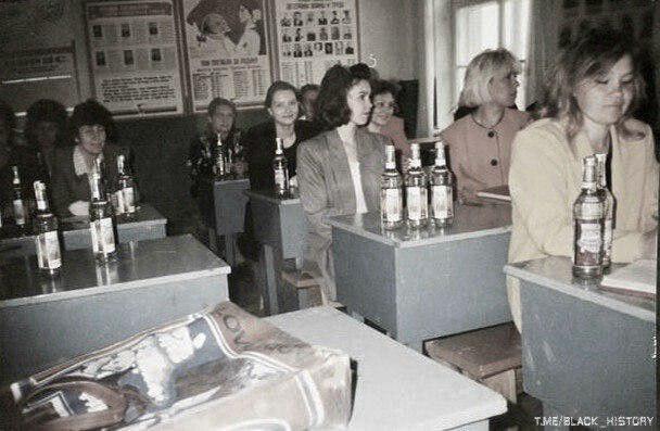 """На фото учителям выдают зарплату водкой. """"Святые"""" 90-е."""